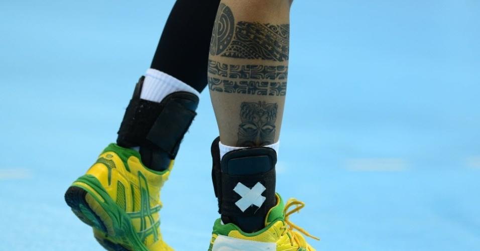 A brasileira Samira, do handebol feminino, exibe tatuagem na perna durante partida contra o Reino Unido