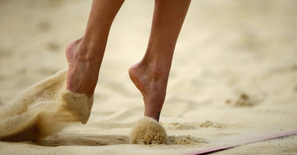 A jogadora Maria Virginia Zonta, da Argentina, levanta areia na hora de sacar em Londres