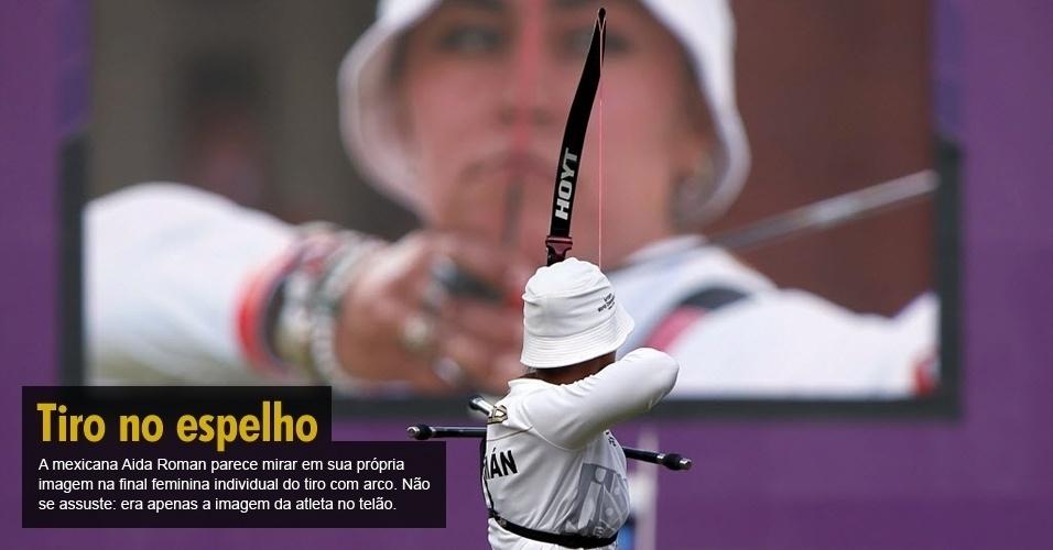 A mexicana Aida Roman parece mirar em sua própria imagem na final feminina individual do tiro com arco. Não se assuste: era apenas a imagem da atleta no telão.