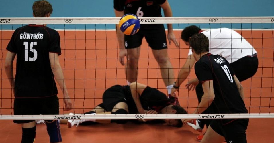 Alemão Lukas Kampa se machuca e fica caído no chão durante partida de vôlei contra a Sérvia (02/08/2012)