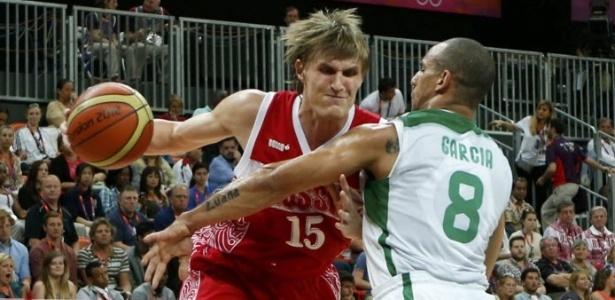 Alex Garcia, ala da seleção brasileira, exerce forte marcação sobre o russo Andrei Kirilenko