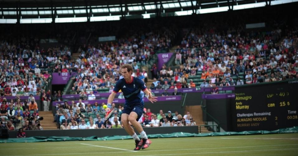 Andy Murray devolve contra Nicolas Almagro durante semifinal da chave de simples de tênis