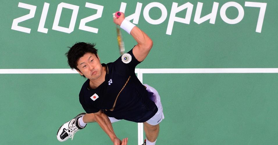 Atleta japonês do badminton, Sho Sasaki, durante partida das quartas de final individuais