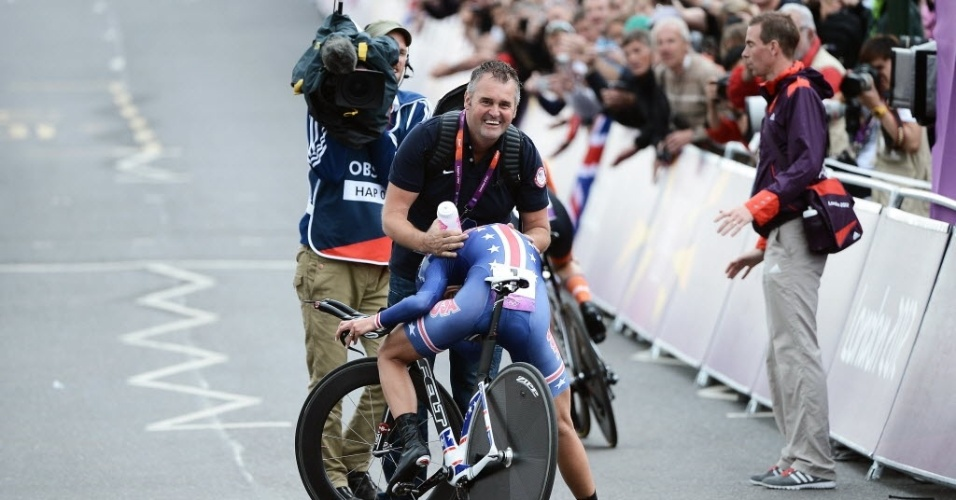 Ciclista Kristin Armstrong fica em pose constrangedora após o ouro na prova feminina do contrarrelógio na Olimpíada de Londres (02/08/2012)