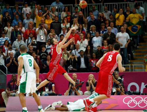 Com Leandrinho caído, russo Vitaliy Fridzon arremessa para dar a vitória à Rússia