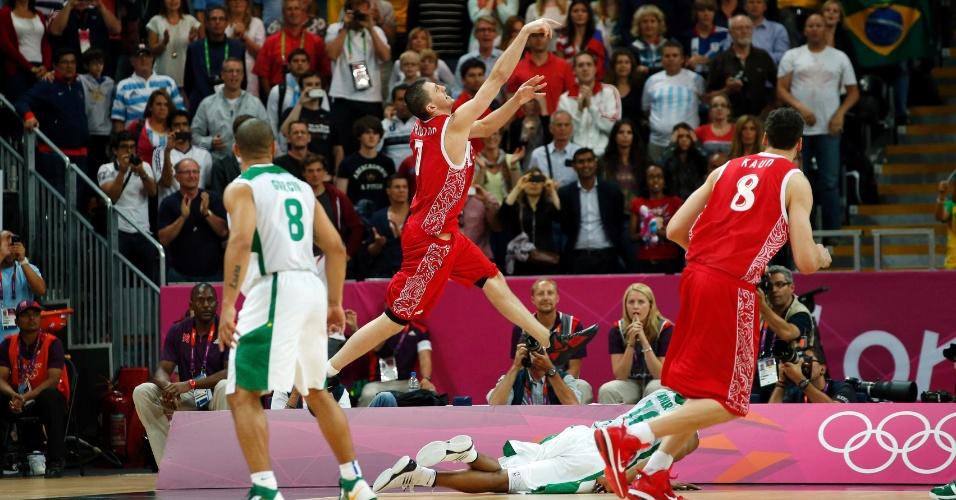 Com Leandrinho caído, russo Vitaliy Fridzon arremessa para dar a vitória à Rússia na partida contra o Brasil