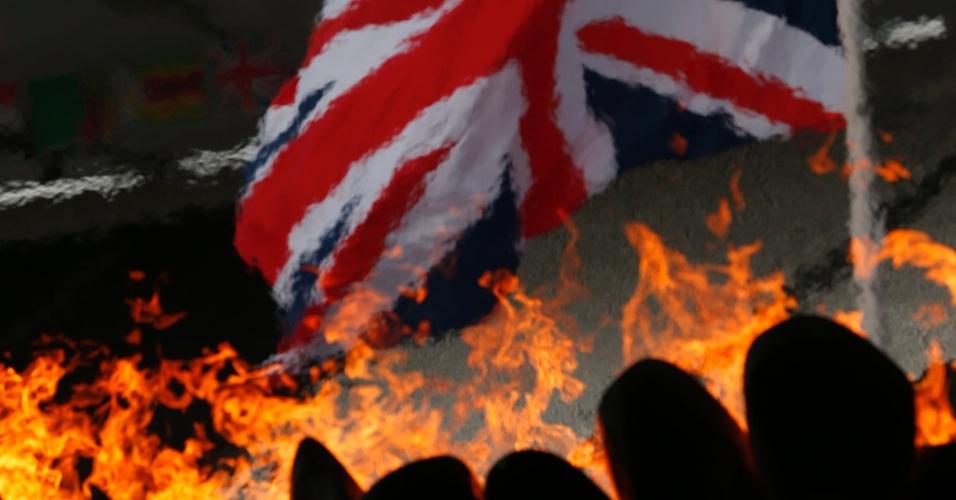 Detalhe da pira olímpica com a bandeira do Reino Unido ao fundo, no Estádio Olímpico de Londres