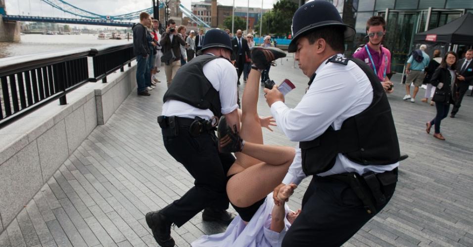 Entre junho e julho, as ativistas do Fêmen fizeram vários protestos na Polônia e na Ucrânia durante a Eurocopa; nesta quinta-feira, elas protestaram em Londres contra o Comitê Olímpico Internacional (02/08/2012)