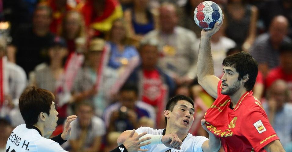 Eom Hyowon, da Coreia do Sul, puxa camisa do jogador espanhol Raul Entrerrios Rodriguez