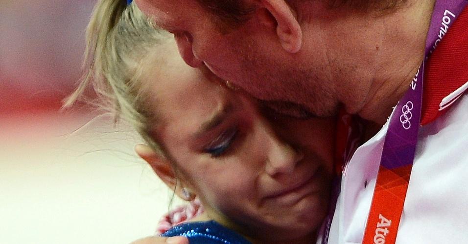 Ginasta russa Victoria Komova chora e é consolada por treinador após falhar na busca por medalha de ouro na competição individual em Londres