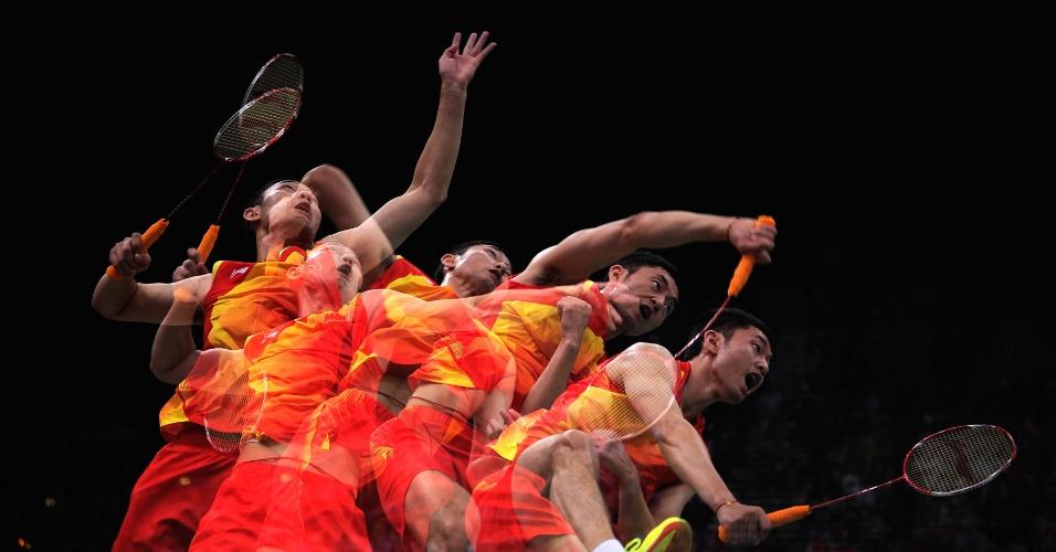 Imagem detalhada do saque do chinês Biao Chai durante jogo de badminton (02/08/2012)