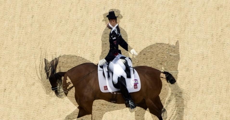 """Imagens mostram a polonesa Michal Rapcewicz, montando o cavalo """"Pirouette"""", indo e vindo na disputa do adestramento em Londres"""