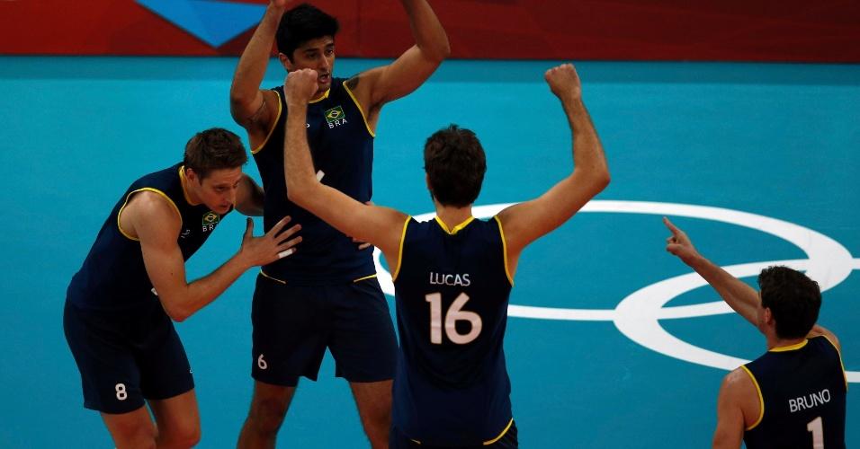 Jogadores do Brasil comemoram após vencer o primeiro set da partida contra os Estados Unidos