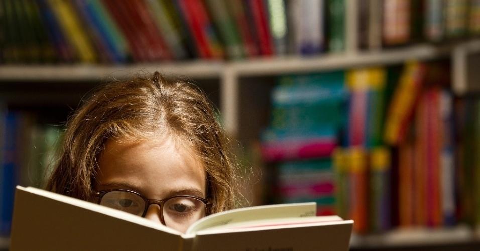 Leitura. Capa para caderno Folhinha. Garotinha Micaela Campion, 8, observa livros infantis da Livraria da Vila do Shopping Higienopolis.