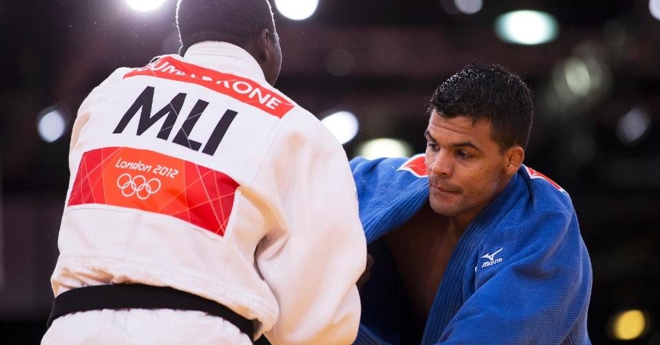 Luciano Corrêa enfrenta judoca de Mali durante vitória na sua estreia na categoria até 100 kg