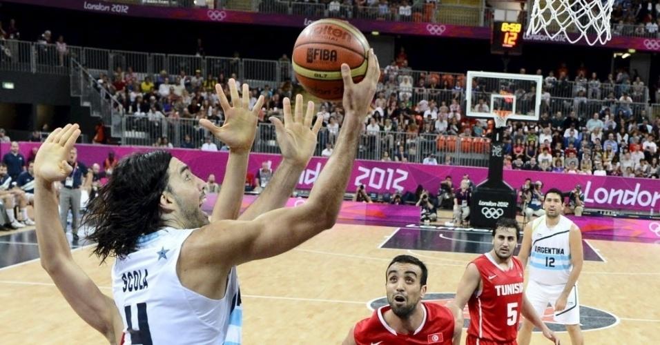 Luis Scola tenta a bandeja observado pelos rivais da Tunísia no terceiro jogo da Argentina nos Jogos