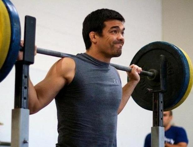 Lyoto Machida levanta peso no treino em Los Angeles para enfrentar Ryan Bader