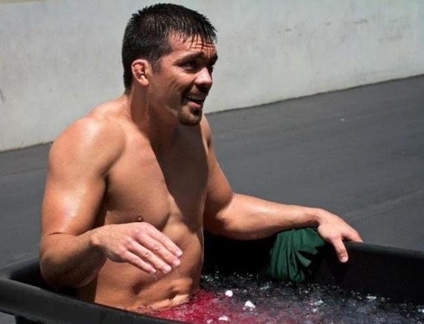 Lyoto Machida passa por um banho de gelo após treino na Black House, em Los Angeles