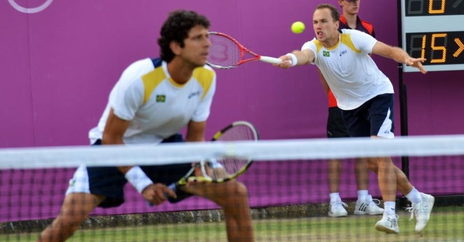 Marcelo Melo e Bruno Soares (ao fundo) foram derrotados por dupla francesa nas quartas de final