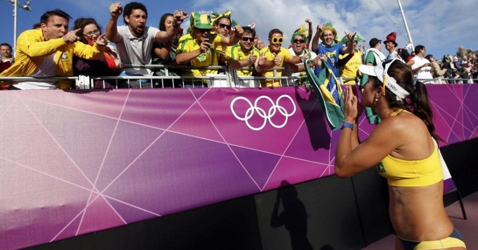 Maria Elisa, parceira de Talita, manda beijo para a torcida brasileira após vitória sobre dupla australiana
