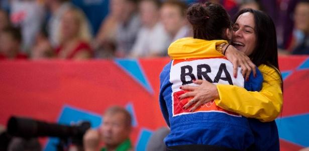 Mayra Aguiar abraça a treinadora Rosicleia Campos após conquistar o bronze em Londres