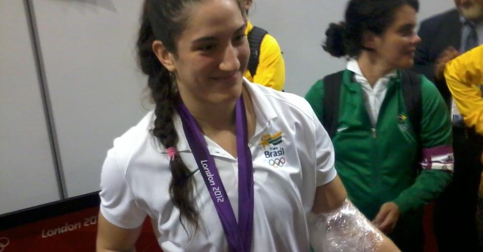 Mayra Aguiar, após a medalha de bronze em Londres, com o braço esquerdo lesionado
