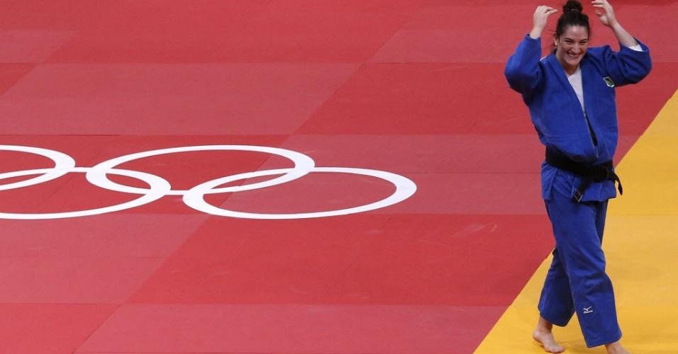 Mayra Aguiar comemora a conquista da medalha de bronze após aplicar ippon em holandesa