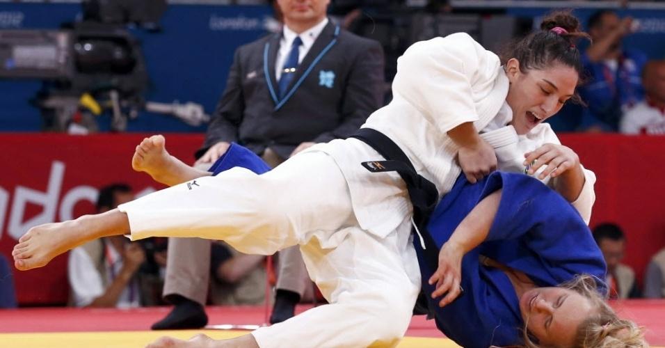 Mayra Aguiar derruba a polonesa Daria Pogorzelec durante sua vitória nas quartas da categoria até 78 kg