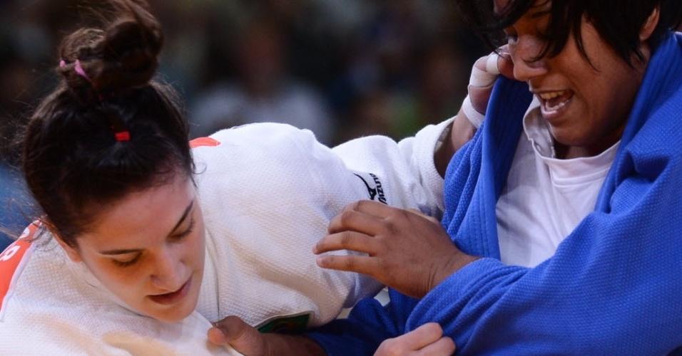 Mayra Aguiar segura tunisiana Hana Mareghni durante vitória em sua luta de estreia