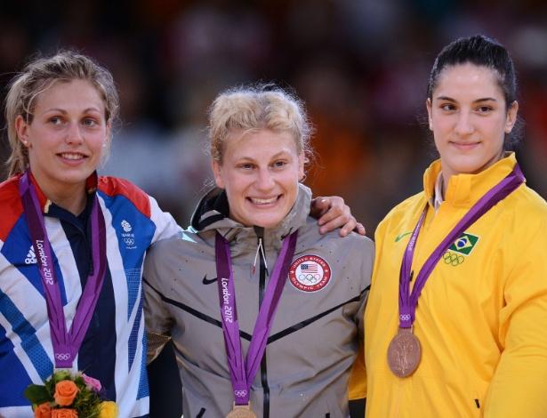 Kayla Harrison exibe sua medalha de ouro ao lado da brasileira Mayra Aguiar, que foi bronze
