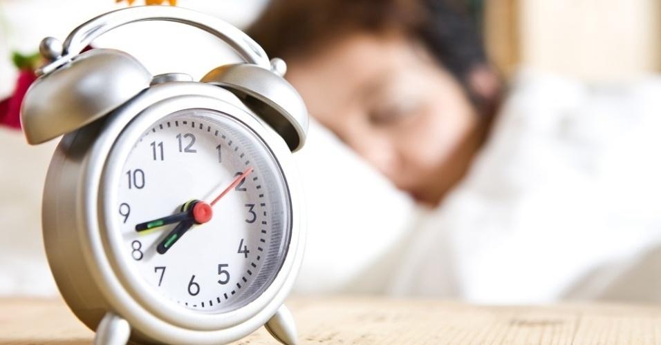 mídia indoor, ciência e saúde, alarme, despertador, adormecido, acordado, cama, sono, insônia, relógio, dormir, quarto, sonho, manhã, descanso, descansar