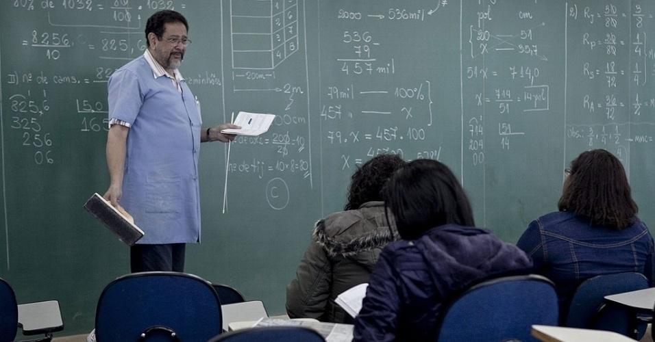 Mídia Indoor; cursinho; estudo; exame; vestibular; Enem; aluno; candidato; sala de aula; lousa; equações; professor; Paulo Queiroz Pinheiro