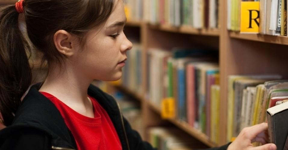 Mídia indoor, menina, aluna, estudante, estudar, livro, livraria, biblioteca, ensino, escola, faculdade, estudo, coleção, página, papel, adolescente, conhecimento, aprender, literatura, leitor, leitora, jovem, juventude, investir, educação
