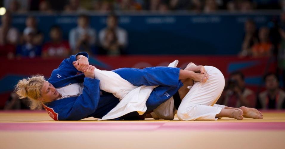 Norte-americana Kayla Harrison, de azul, finaliza a brasileira Mayra Aguiar com uma chave de braço na semifinal