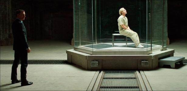 """Imagem de """"007 - Operação Skyfall"""" mostra James Bond (Daniel Craig) e o vilão Raoul Silva (Javier Bardem) atrás de um vidro - Divulgação"""
