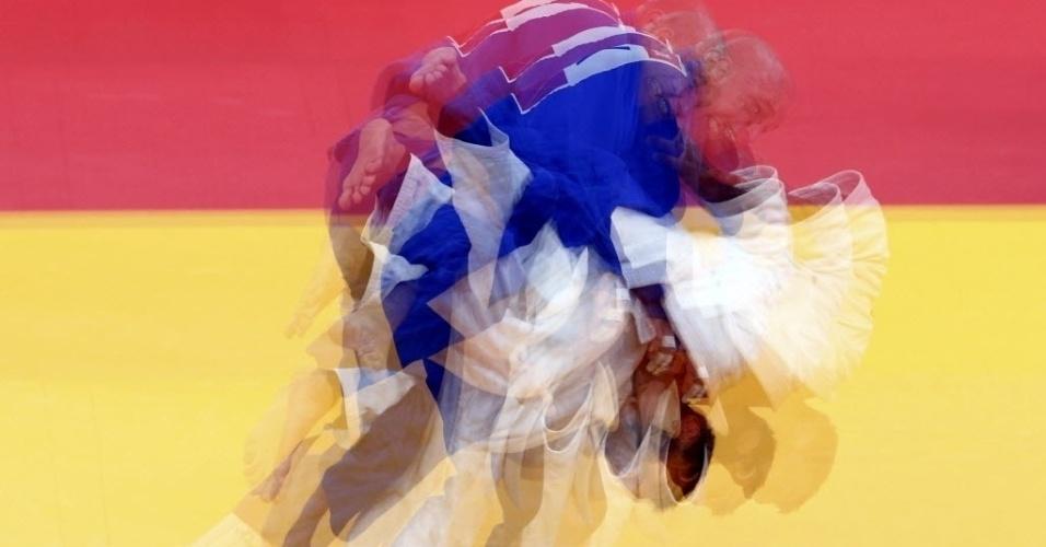 O grego Ilias Iliadis tenta golpe contra o esloveno Milan Randl durante a categoria até 90 kg do judô