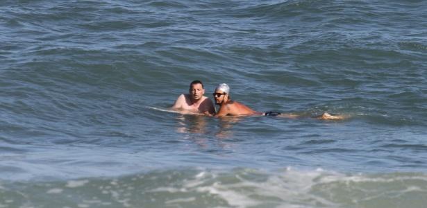 Paulinho Vilhenha resgata banhista inglês na praia do Recreio, zona oeste do Rio (2/8/12)