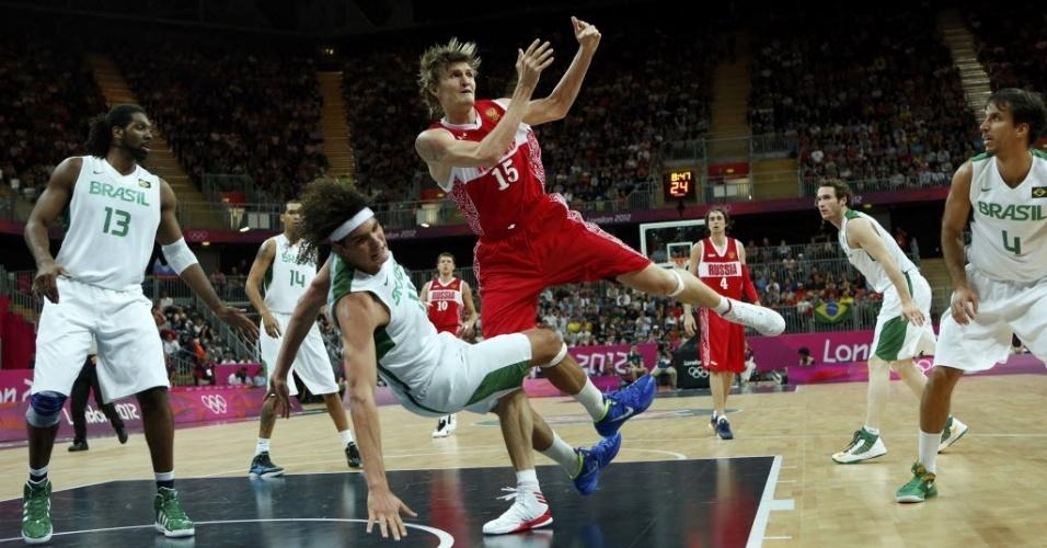 Pivô Anderson Varejão, da seleção brasileira, é derrubado pelo russo Andrei Kirilenko