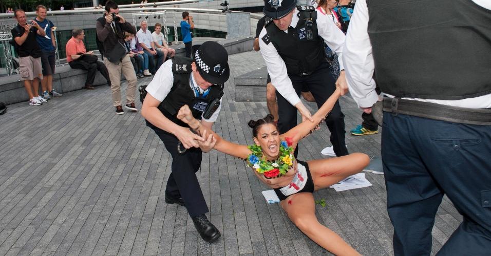 Policiais tentam conter ativista do Fêmen durante um protesto do grupo ucraniano em Londres (02/08/2012)