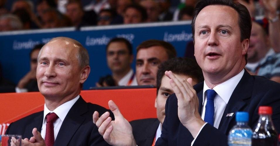 Presidente russo Vladimir Putin (e) assiste às competições de judô ao lado do primeiro-ministro britânico David Cameron (02/08/2012)