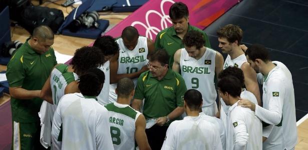 Rubén Magnano passa orientações para os jogadores brasileiros durante tempo técnico