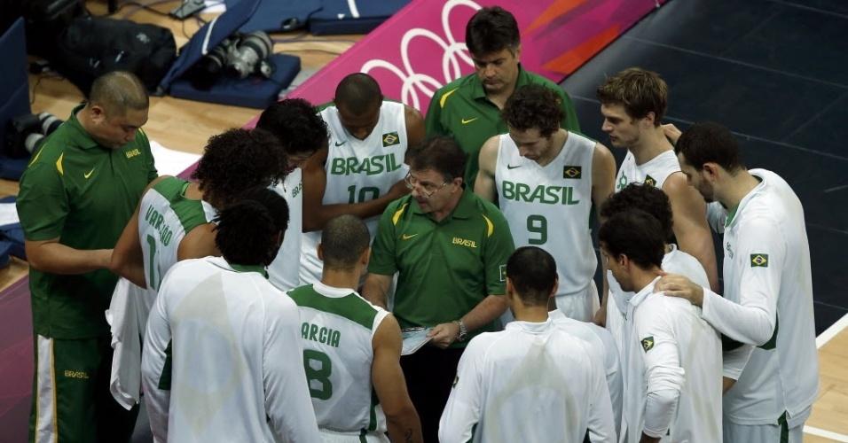 Rubén Magnano passa orientações para os jogadores brasileiros durante tempo técnico no jogo contra a Rússia