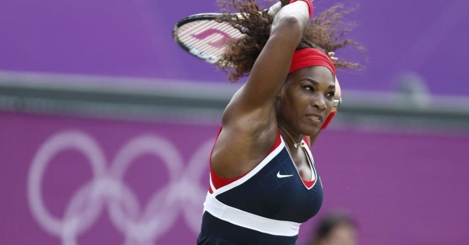Serena Williams dispara forehand durante vitória sobre Caroline Wozniacki nas quartas da chave de simples