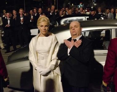 "Sienna Miller e Toby Jones como Tippi Hedren e Alfred Hitchcock em cena de ""The Girl"", telefilme da HBO"