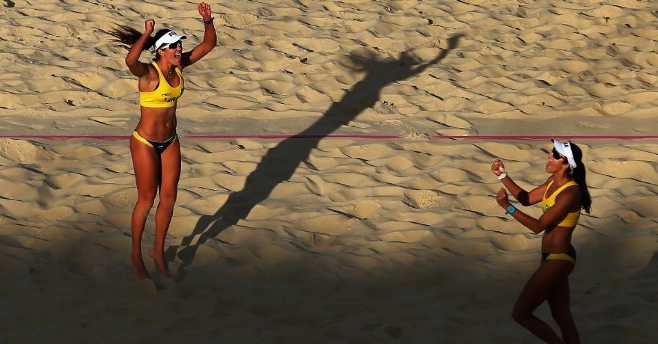 Talita e Maria Elisa comemoram vitória sobre dupla australiana, na última rodada da fase de classificação