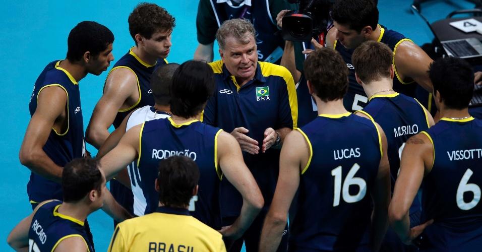 Técnico Bernardinho conversa com jogadores da seleção durante jogo contra os Estados Unidos