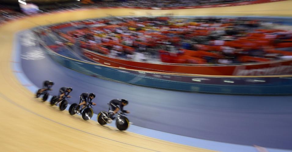Tima de ciclismo da Nova Zelândia durante prova qualificatória dos 4000 m masculino