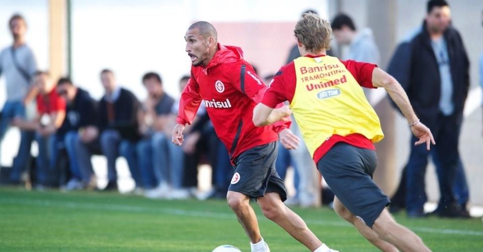 Volante Guiñazu prepara o passe durante treino do Inter (01/08/12)