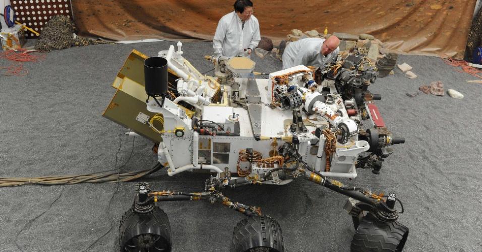 02.ago.2012 - Engenheiros do Laboratório de Propulsão a Jato da Nasa examinam modelo em tamanho real do veículo de exploração