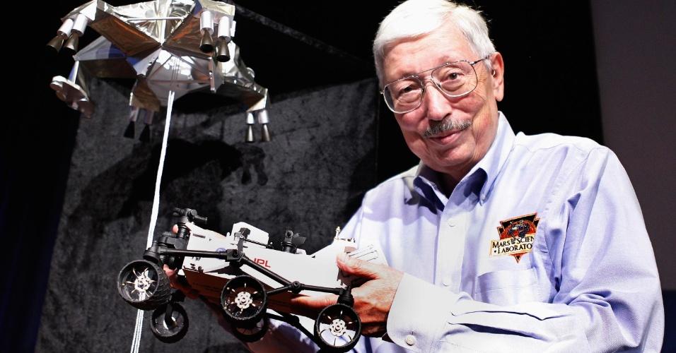 02.ago.2012 - O gerente de projetos Pete Theisinger, da Nasa, posa com modelo em miniatura do Curiosity em evento para a imprensa
